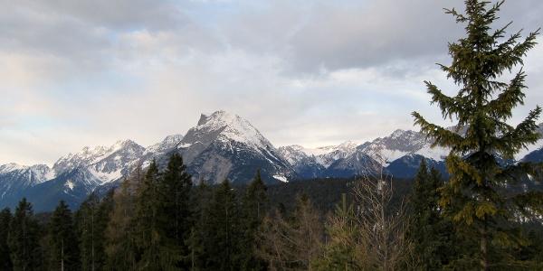 Oben hat man einen einmaligen Blick auf die Hohe Munde und die Zugspitze.