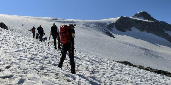 Anstieg über den Gletscher mit Blick zum Schwarzenstein ( rechts oben )