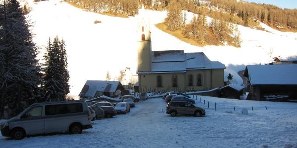 Der (gebührenfreie) Parkplatz oberhalb der Kirche von Vinaders für Rodler und Tourengeher.