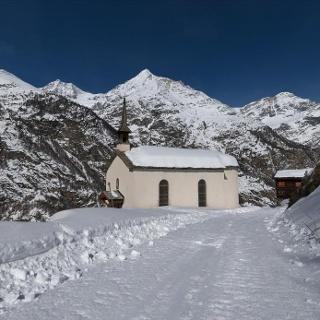 Auf der Täschalpstrasse mit dem Schlitten vorbei an der Täschbergkapelle