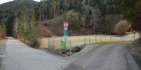 Der Emil Zöchling Wegs verläuft rechts neben dem Radweg ehemalige Bahntrasse