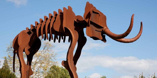 Lebensgroße Mammutskulpturen im Urweltmuseum Steinheim