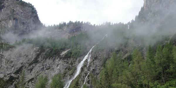 Der Wasserfall unterhalb des Almbodens