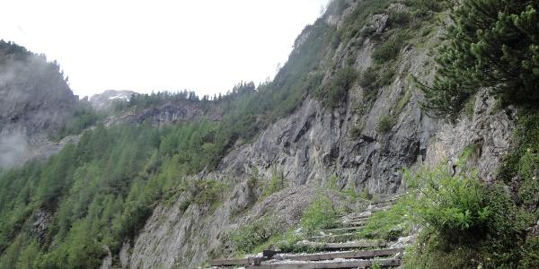 Aufstieg rechts des Wasserfalls