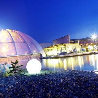 Bezauberndes Lichtspiel im Salzsee durch die beeindruckende Kuppel des Sole-Beckens