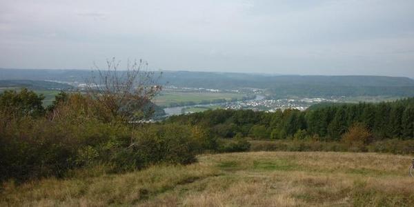 Blick vom Gipfel des Mehringer Bergs Richtung Westen: Rechts der Mosel Schweich und links Quint und Ehrang.