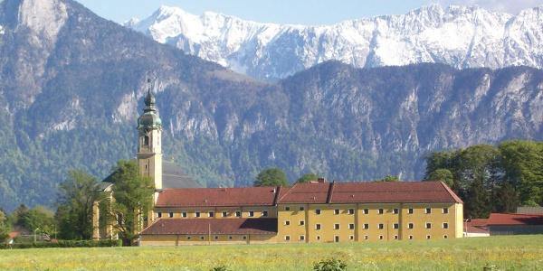 Kloster Reisach mit dem Kaisergebirge im Hintergrund