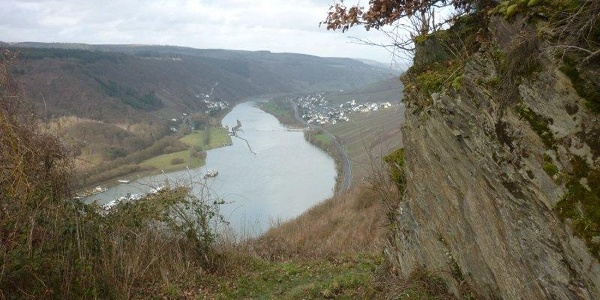 Felsen begleiten den Weg von Starkenburg nach Enkirch: Blick auf die Enkircher Staustufe
