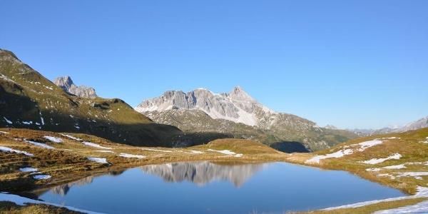 Tauernhöhenweg in Hüttennähe, Mosermandl in der Mitte mit Faulkogel