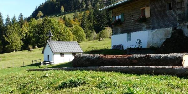 Die Mittlere Simatsgund-Alpe mit der Kapelle St. Rochus.