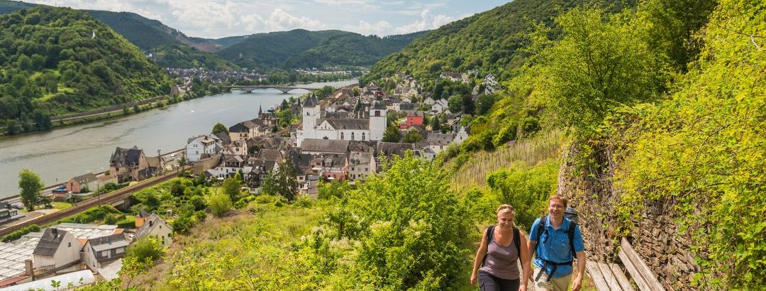 Aufstieg auf steilem Schieferpfad: Aussicht auf Treis-Karden mit St. Kastor