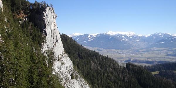 Der Jungfrausturz, im Hintergrund das Mölbegg und die Planneralm (noch viel Schnee)