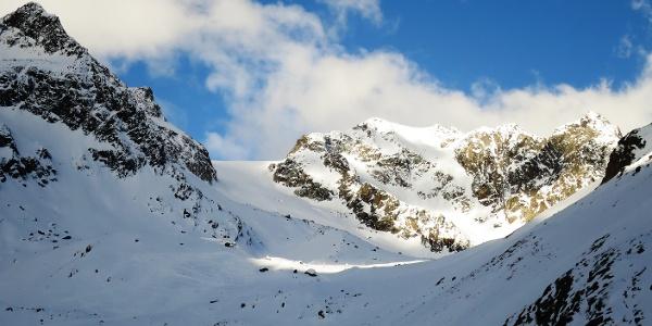 Im Talschluss wird kurz der Blick auf den Berglasferner frei. Links der Apere Turm (2984 m), in der Mitte das Vordere Hinterbergl, rechts der Berglasspitz (3125 m).