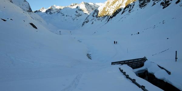 Von der Hütte entlang des Alpeinerbachs in den Talschluss. Vor dem Aperen Turm (in Bildmitte) biegen wir nach rechts in das Berglastal.