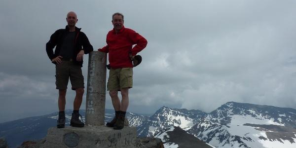 Auf dem Gipfel des Pico de la Veleta vor Mulhacén (rechts) und La Alcazaba