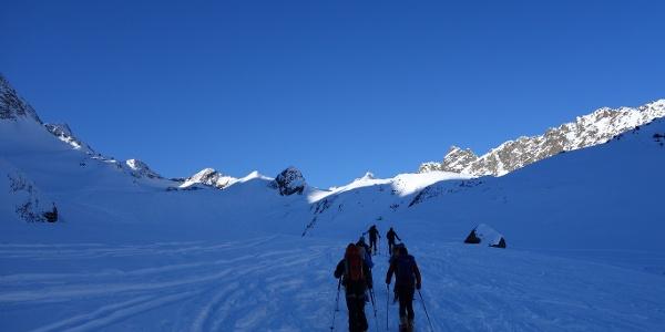Im Stiergschwez weiter über den flachen Rücken rechts in das Hochtal Richtung Sommerwandferner. Hinten, links der Bildmitte, der Gipfel der Inneren Sommerwand