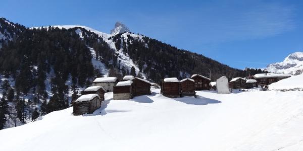 Im Blickfeld der Weiler Zmutt und die Spitze des Matterhorns