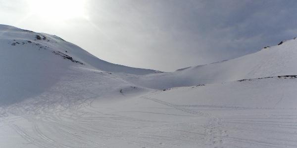 Der Aufstieg zur Scharte ist etwas steiler. Nach rechts geht es zum Padauner Berg.