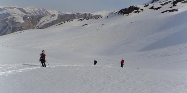 Kurz vor der Scharte im Hintergrund Schitourengeher Richtung Vennspitze.