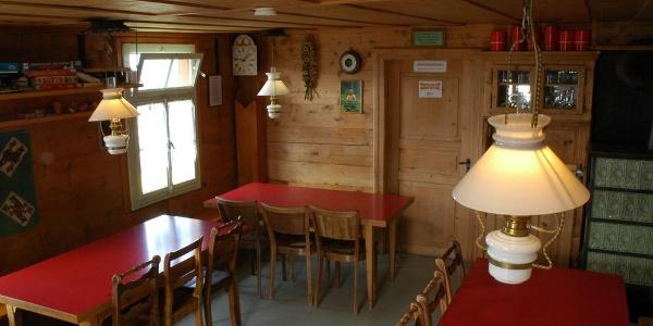 Die gemütliche Stube der Schesaplanahütte