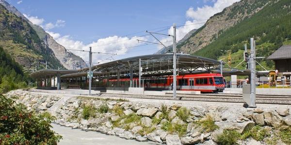 Gare de Täsch: en 12 minutes, les trains-navette montent confortablement jusqu'à Zermatt les hôtes qui ont garé leur voiture à Täsch.