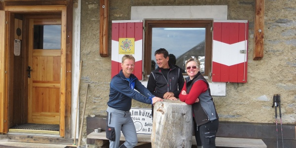 der Autor und Hüttenwart (links) mit unserer Hüttenwirtin Helga vor der Hütte
