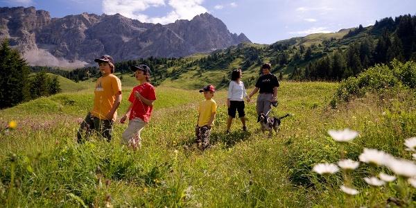 Familie beim Wandern in Savognin